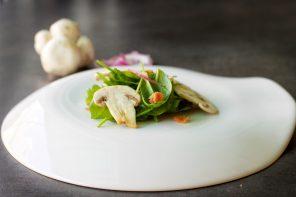 insalata di spinaci con bacon croccante e champignon