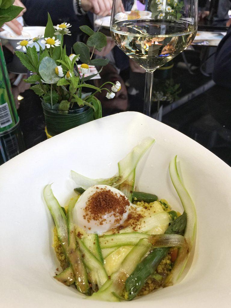 Claudio Sadler: Uovo di Selva con cous cous alla curcuma, verdurine e asparagi, maionese al grana padano e polvere di cipolle bruciate