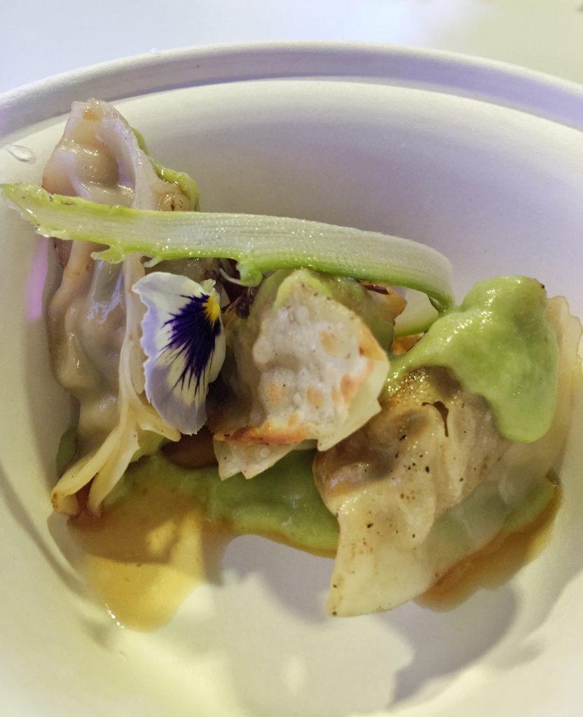 """Roberto Okabe """"Finger's"""" """"Gyoza Ebi"""": raviolo di gambero alla piastra con crema di asparagi e salsa ponzu"""